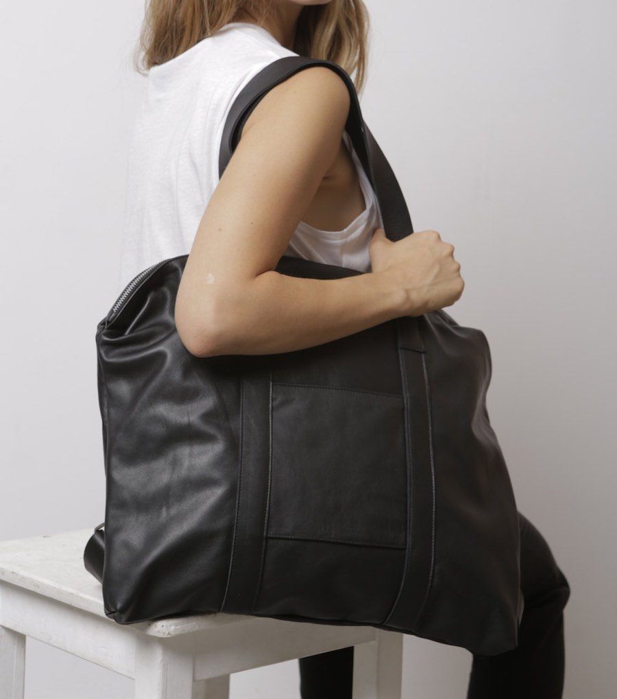grosse tasche rucksack in einem schwarz. Black Bedroom Furniture Sets. Home Design Ideas