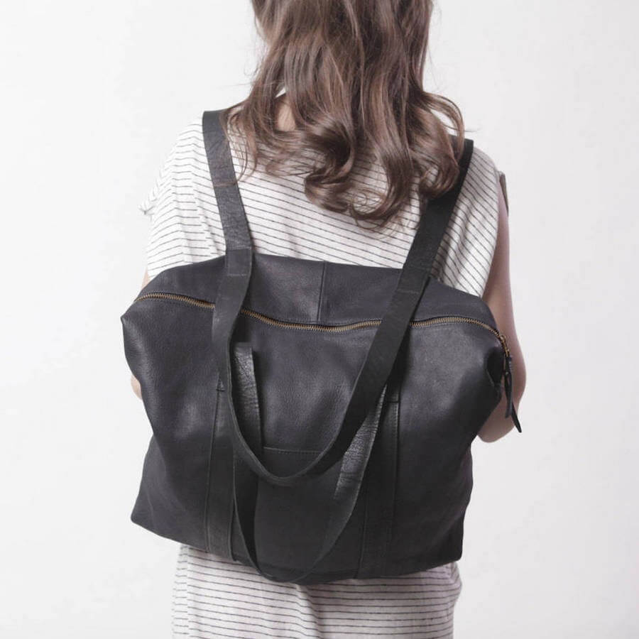 grosse tasche rucksack in einem mattschwarz. Black Bedroom Furniture Sets. Home Design Ideas